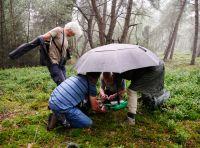 0016_Als_het_begint_te_regenen_werken_we_verder_onder_de_paraplu